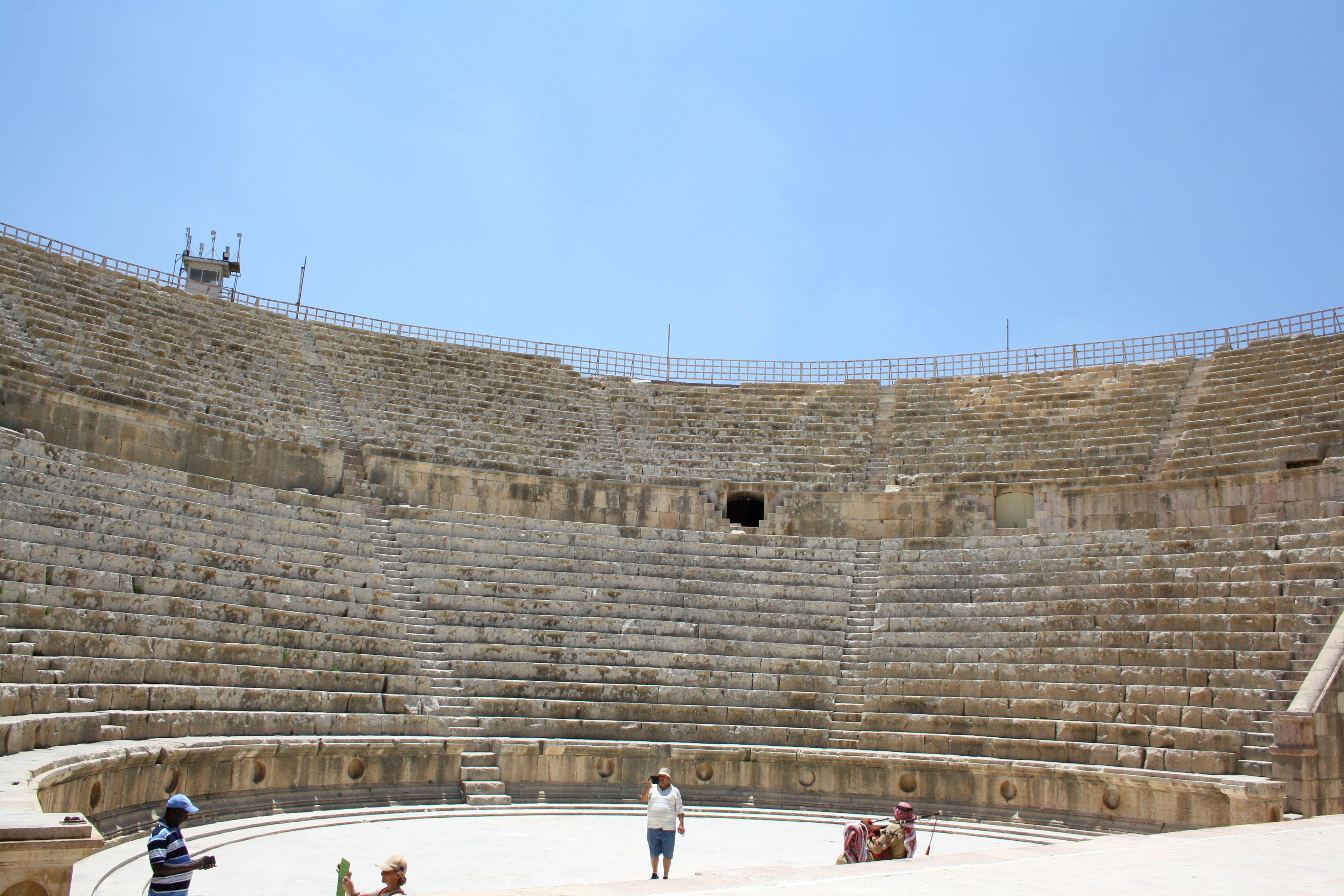 2 membri della banda giordana di cornamuse scozzesi si esibiscono nel teatro di Jerash