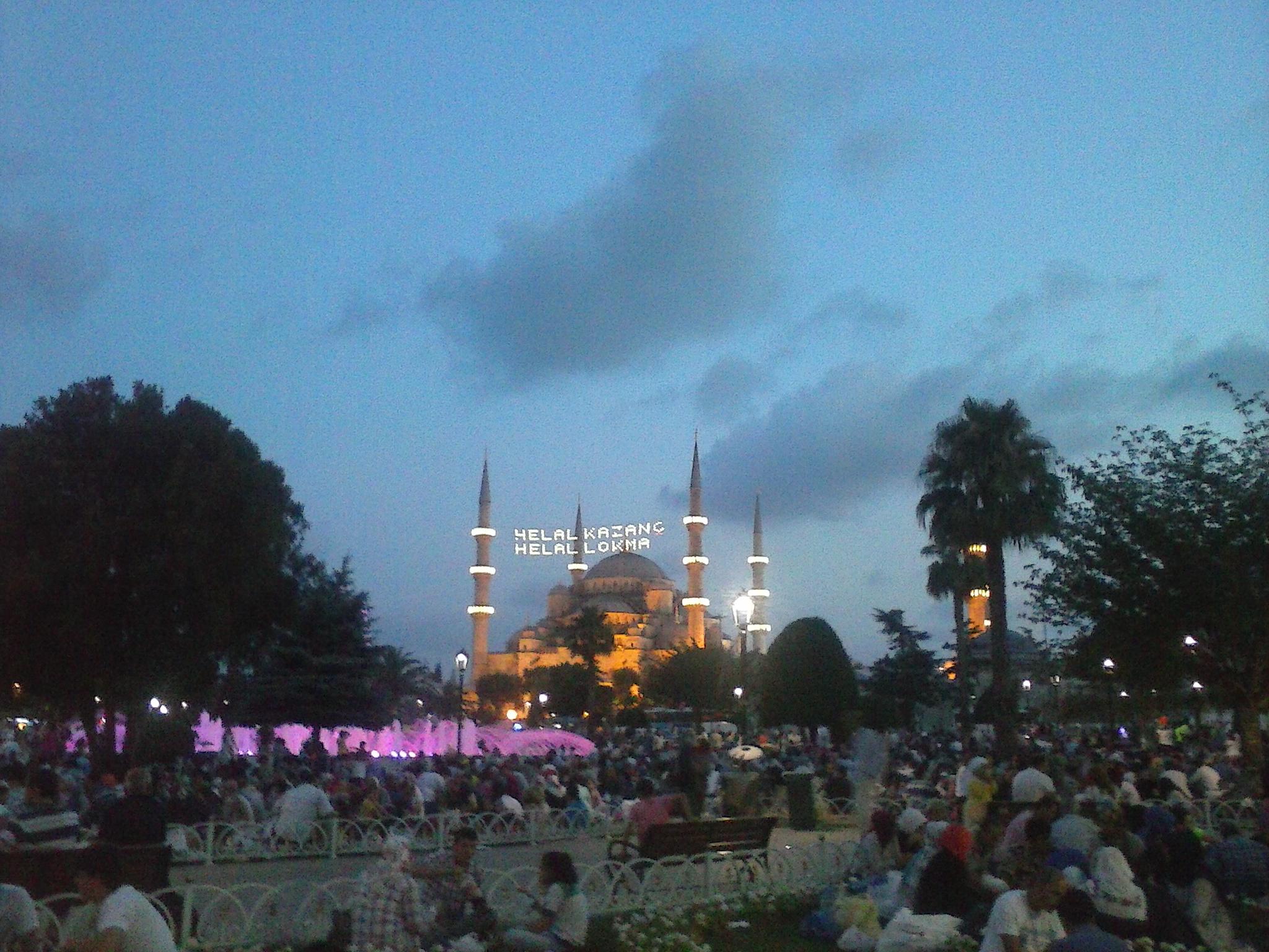 Aspettando l'iftar davanti alla moschea Blu