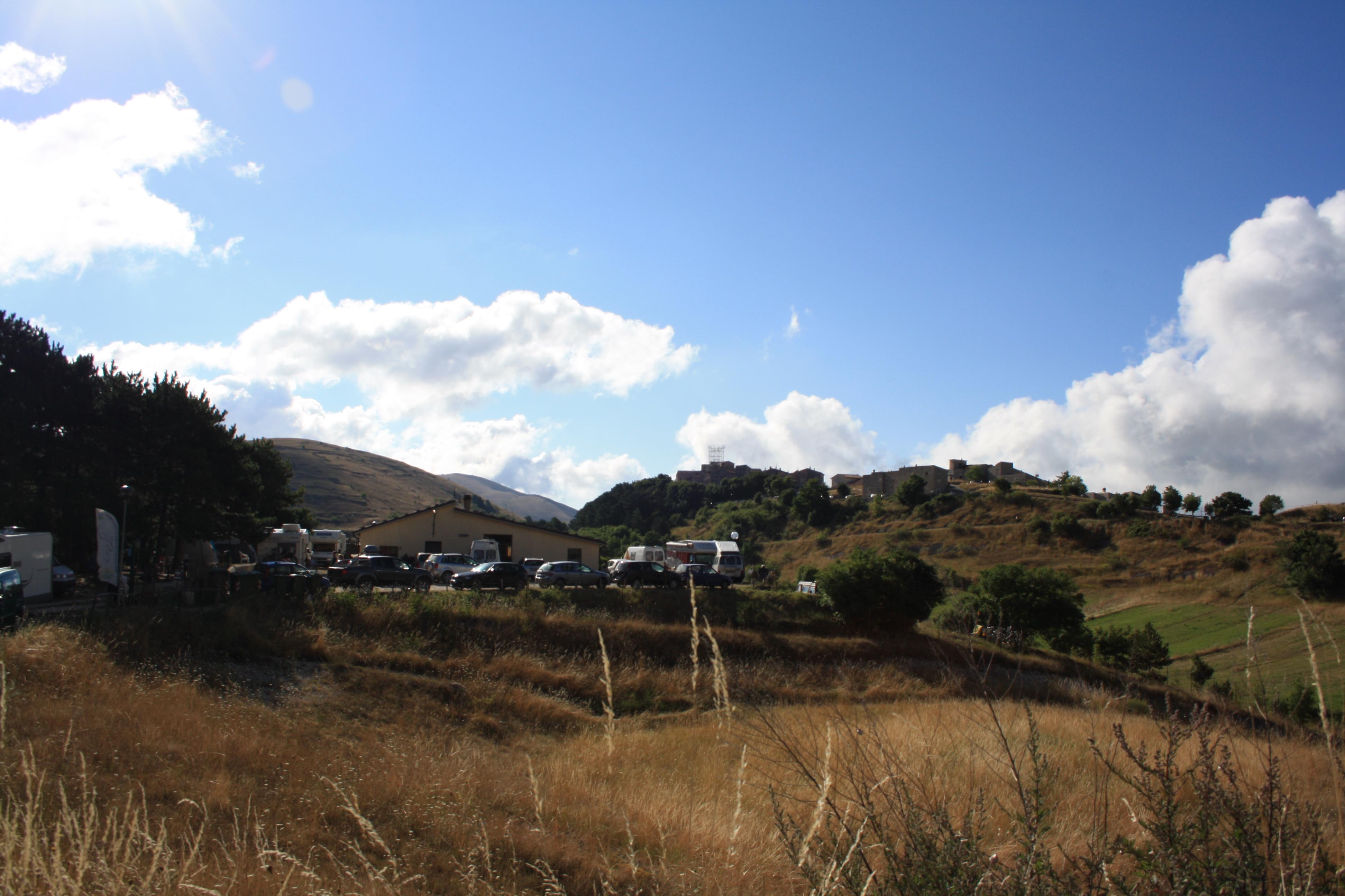 Camping Gran Sasso e sullo sfondo Santo Stefano in Sessanio