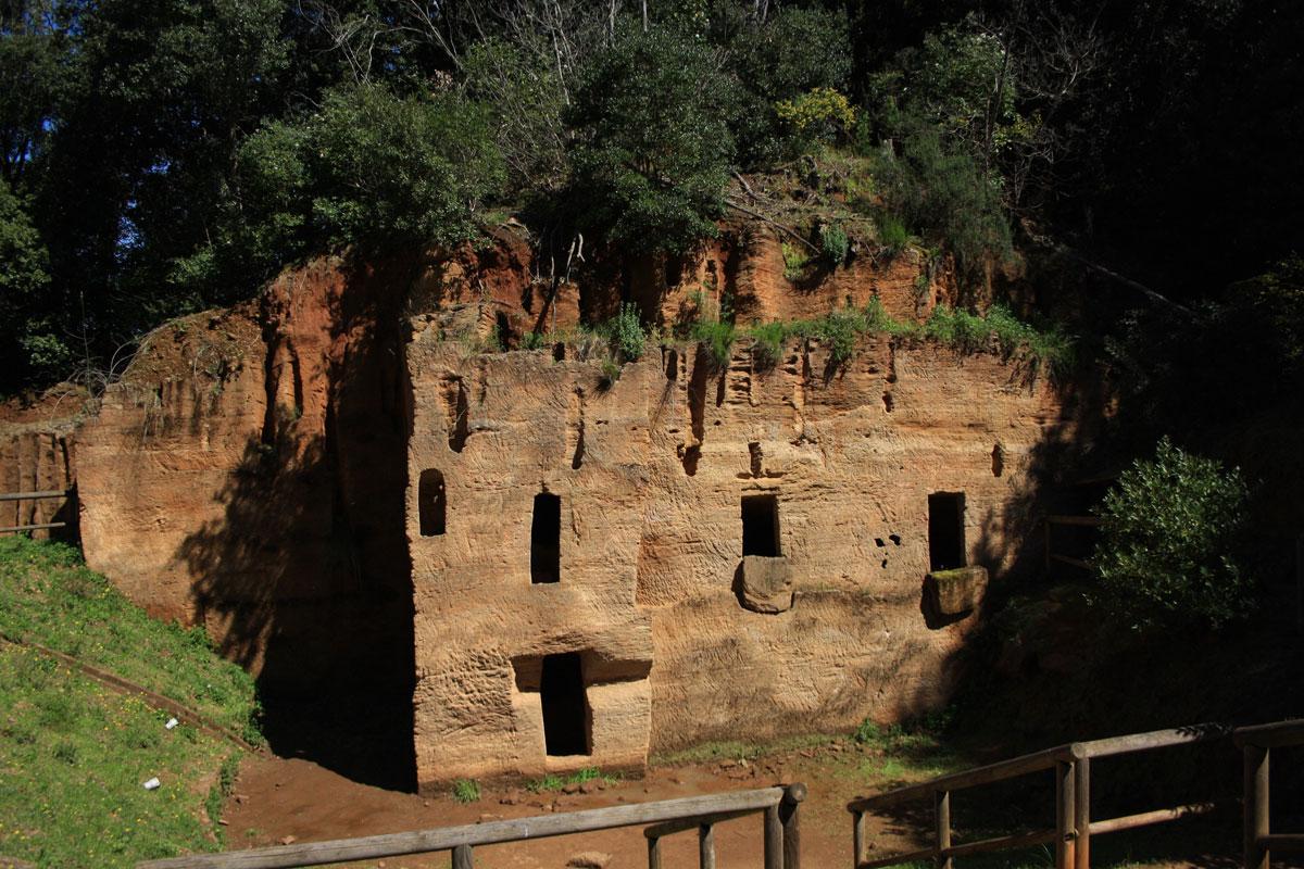 La necropoli delle Grotte, parco archeologico di Baratti