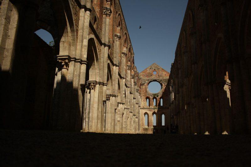 La spada nella roccia e l'abbazia senza tetto