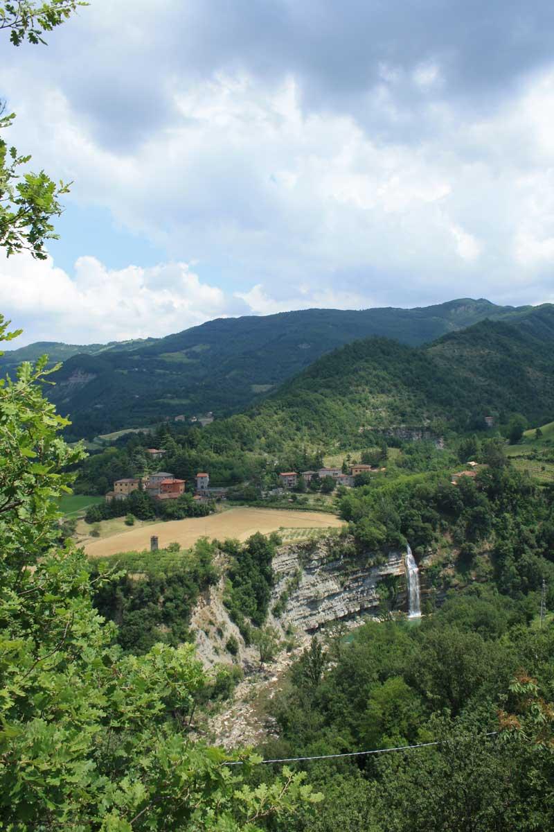 La Cascata di Moraduccio vista dal paese di Castiglioncello