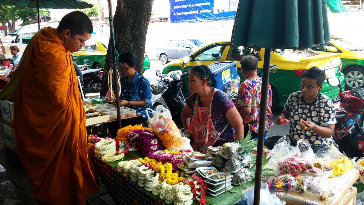 Bangkok, venditrice di corone di fiori