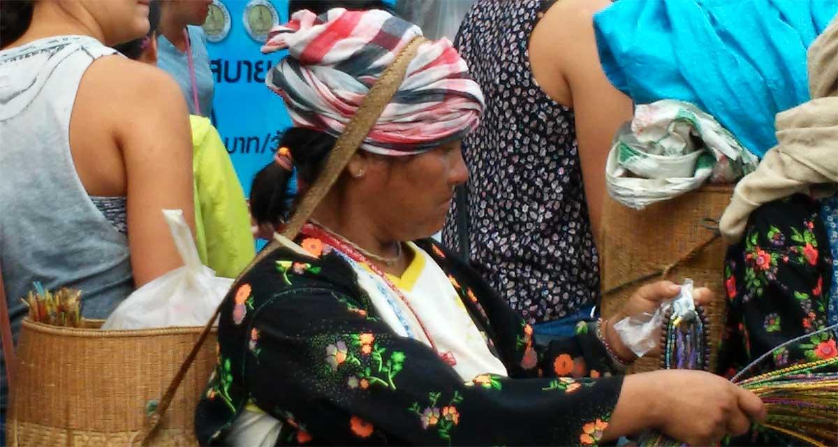 Una donna delle tribù di montagna vende i suoi prodotti al mercato, Chiang Mai