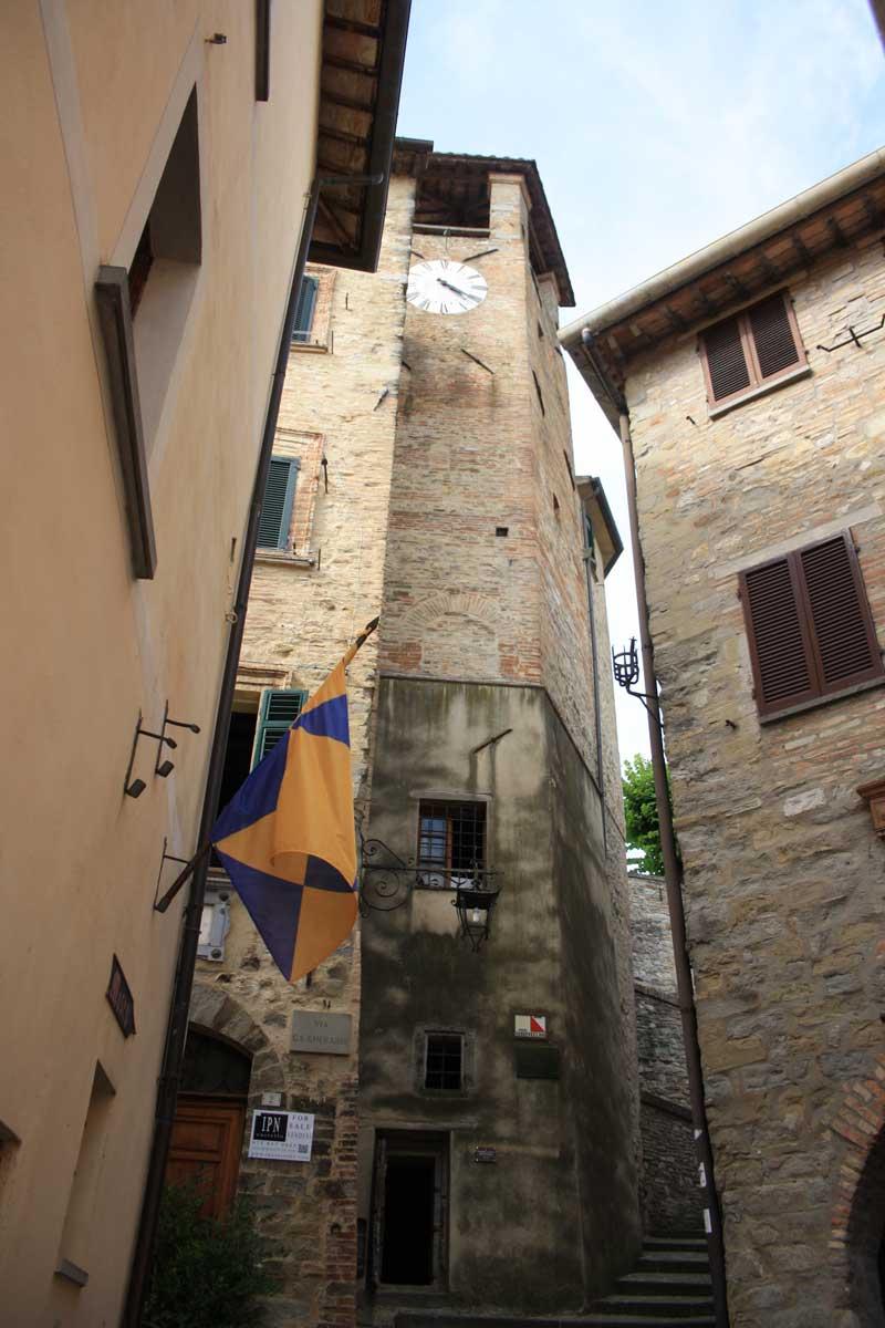 Torre civica con orologio Montone