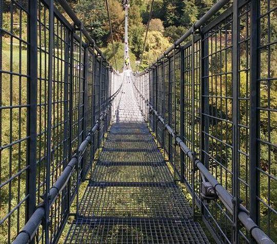 Un ponte sospeso sul torrente Lima