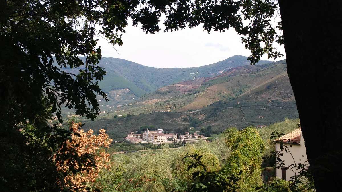 La Certosa, vista dalla salita da Nicosia alla Rocca della Verruca, trekking sui Monti Pisani