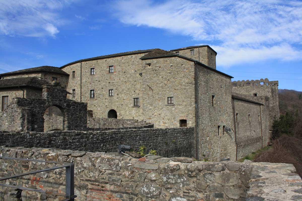 Il Castello del Piagnaro e le misteriose stele della Lunigiana