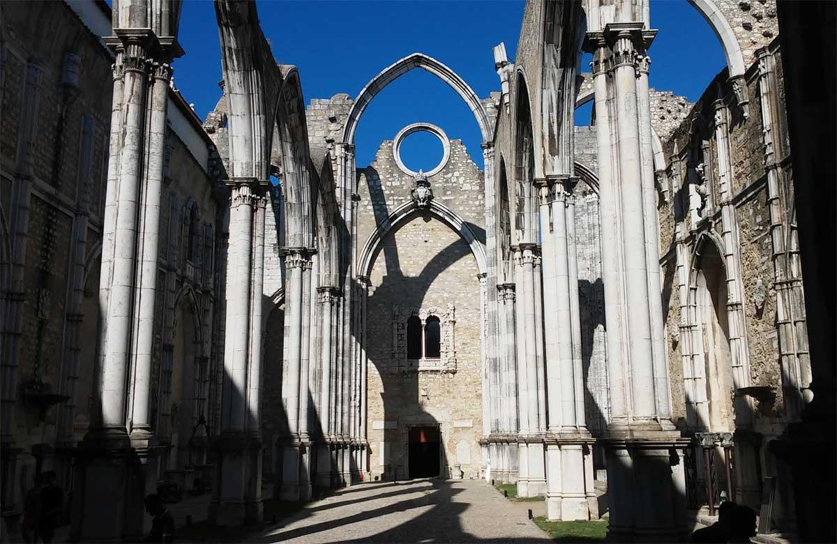 La Chiesa senza tetto nel cuore di Lisbona: Igreja Do Carmo