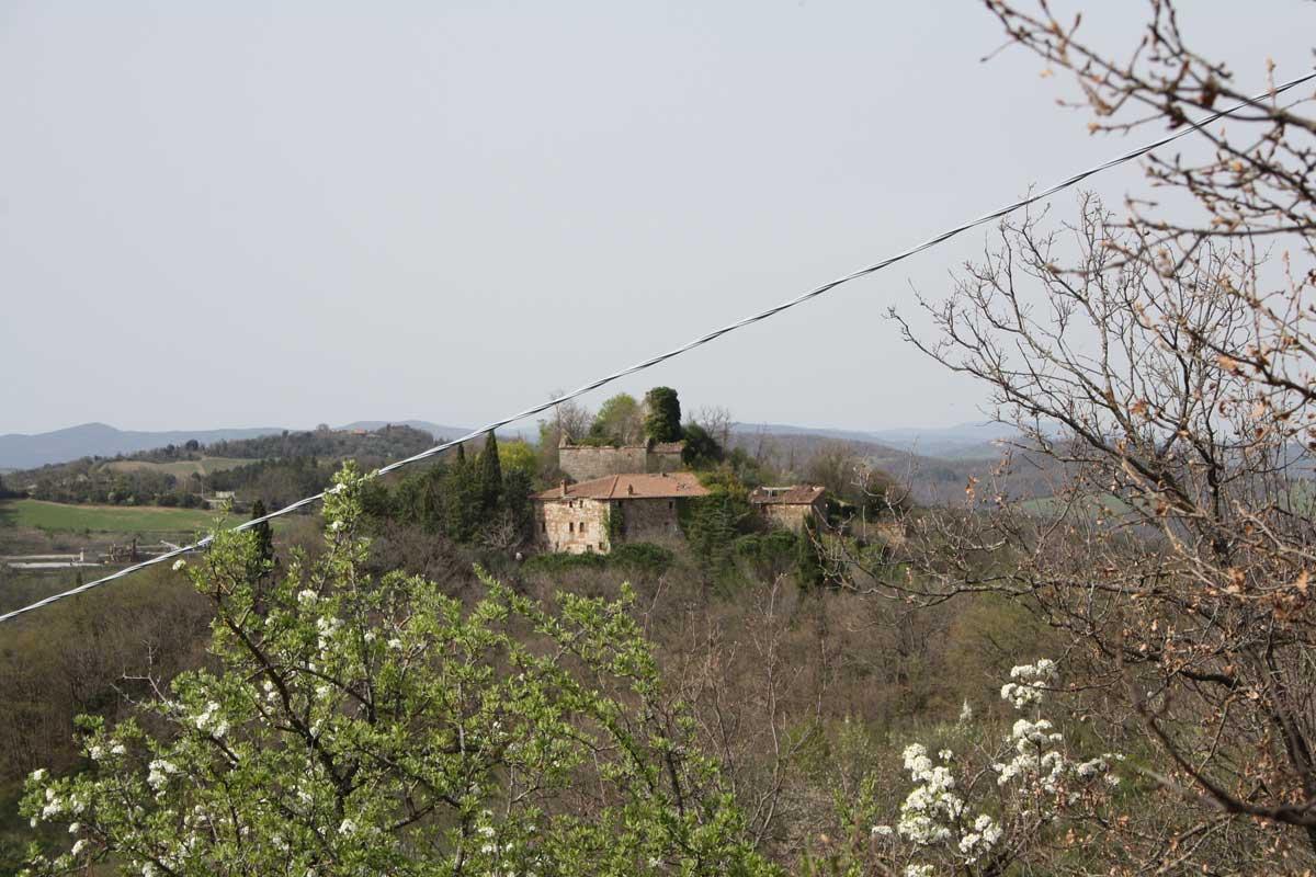 Escursione tra i boschi dei partigiani alla ricerca del Castello d'Elci, vista del castello d'Elci