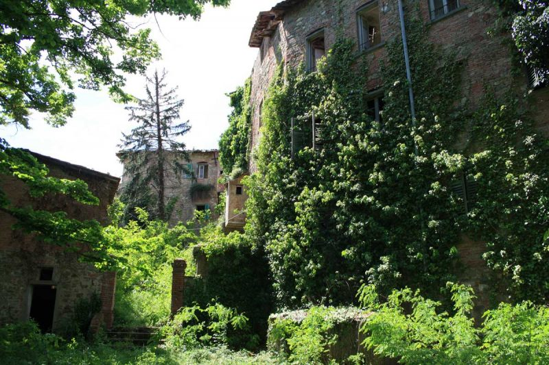 Il borgo disabitato di Castelnuovo dei Sabbioni
