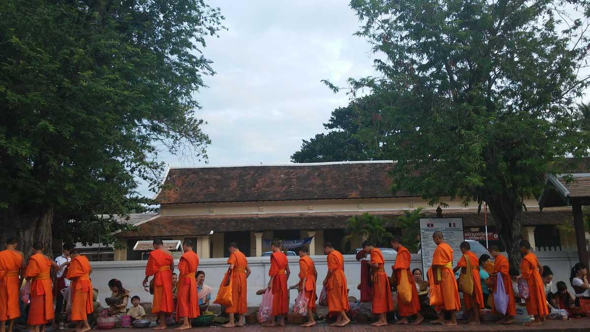 La cerimonia del Tak Bat, Laos, nati per viaggiare