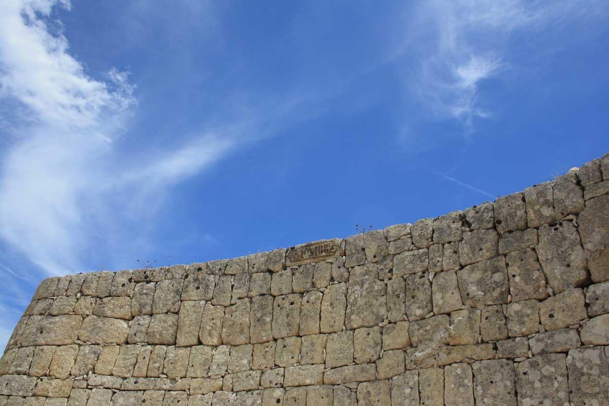 I caraibi in Toscana: l'isola di Pianosa, un particolare dei famosi muri a sacco di Pianosa, riempiti con le pietre tolte dal terreno per renderlo coltivabile