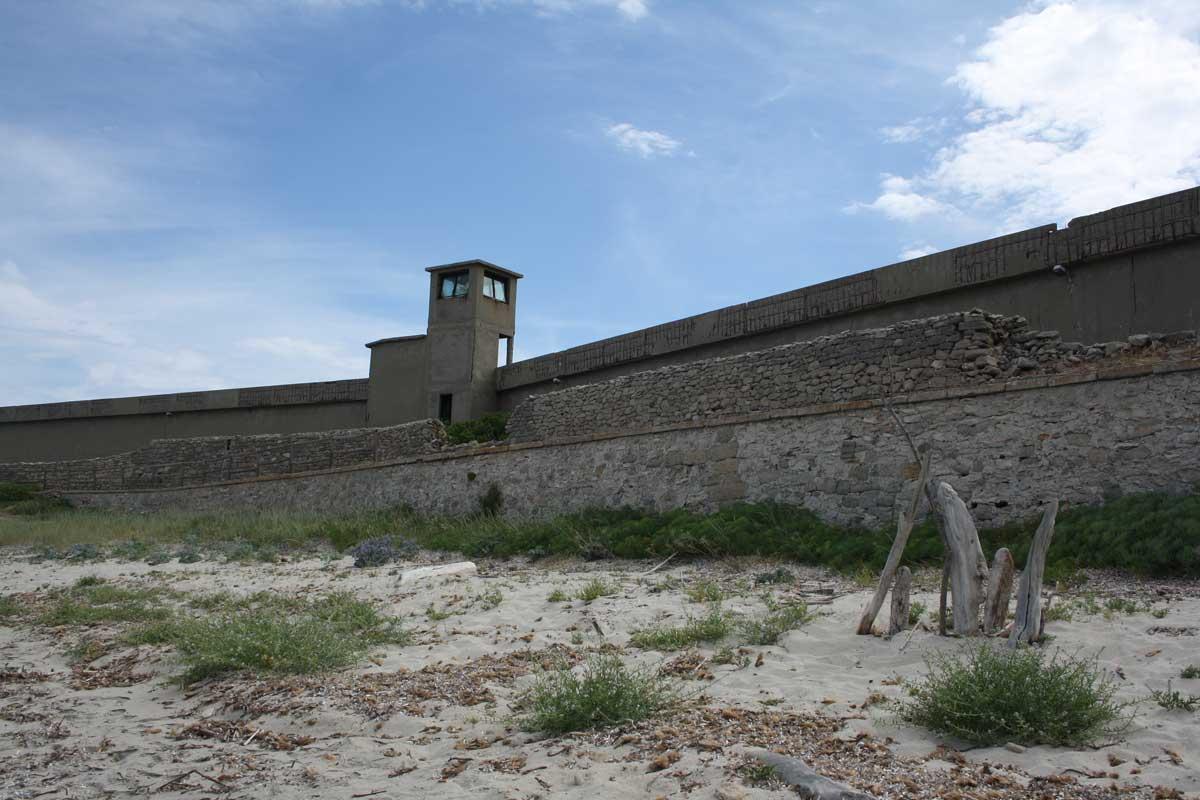 I caraibi in Toscana: l'isola di Pianosa, il muro di Della Chiesa