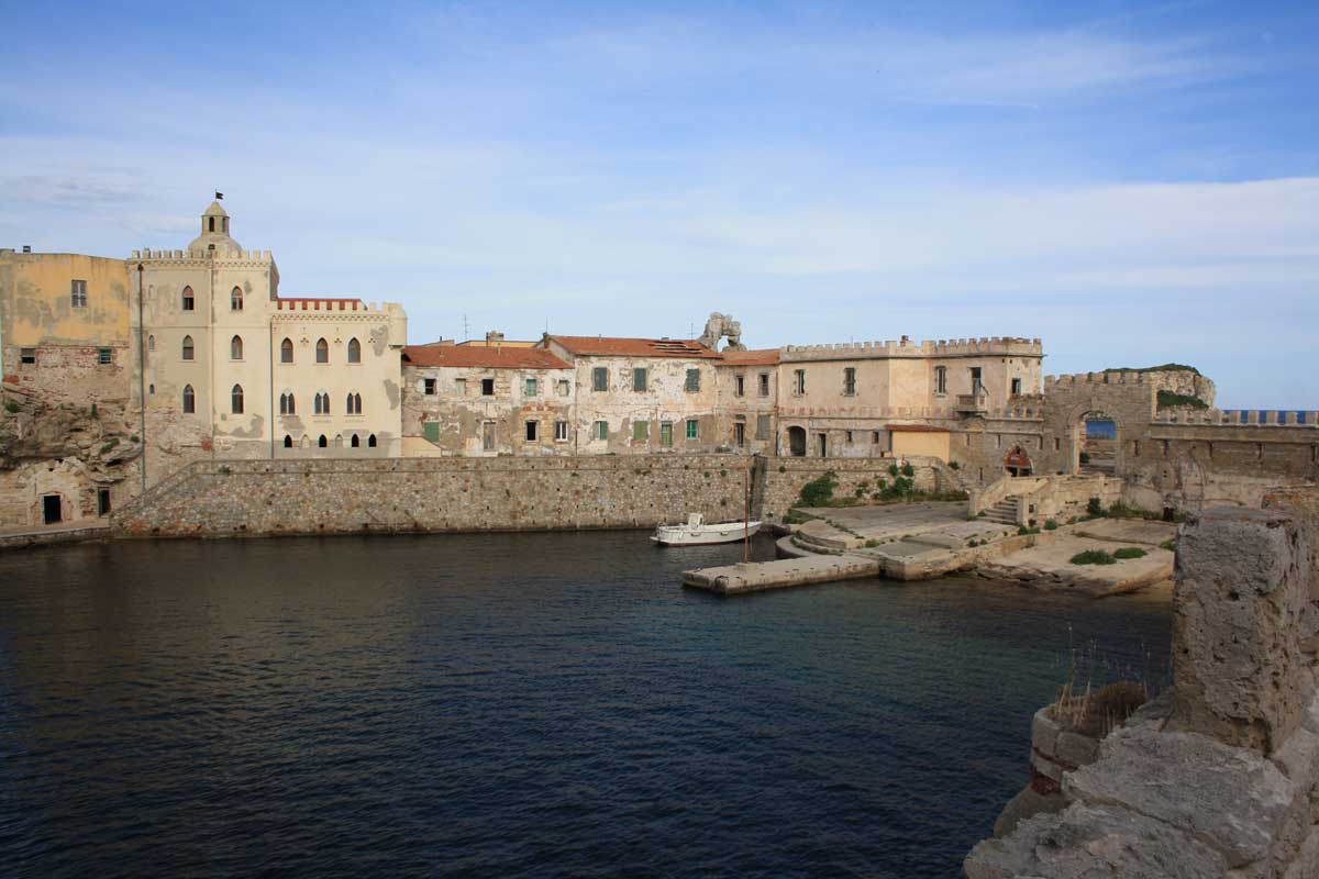 I caraibi in Toscana: l'isola di Pianosa, il porticciolo e il paese