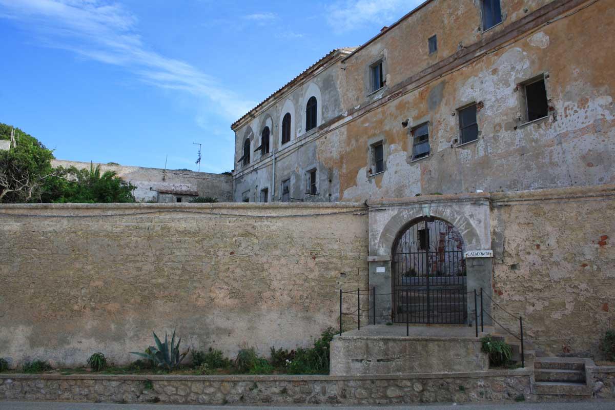 I caraibi in Toscana: l'isola di Pianosa, l'entrata delle catacombe