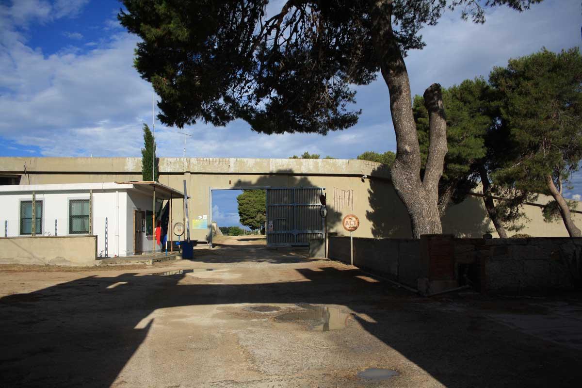 I caraibi in Toscana: l'isola di Pianosa, il cancello per oltrepassare il muro