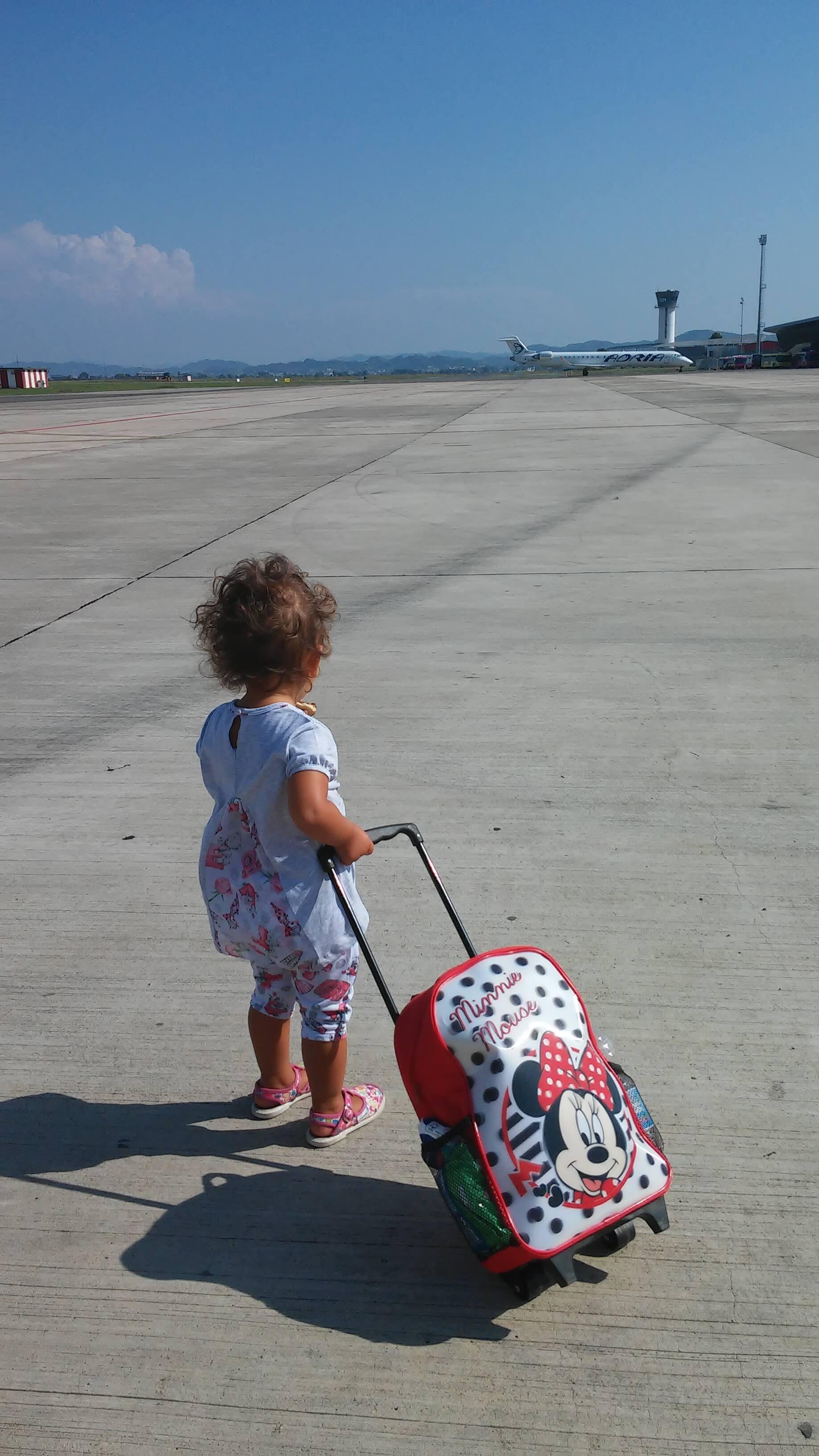 bambina con trolley di minnie allìaeroporto