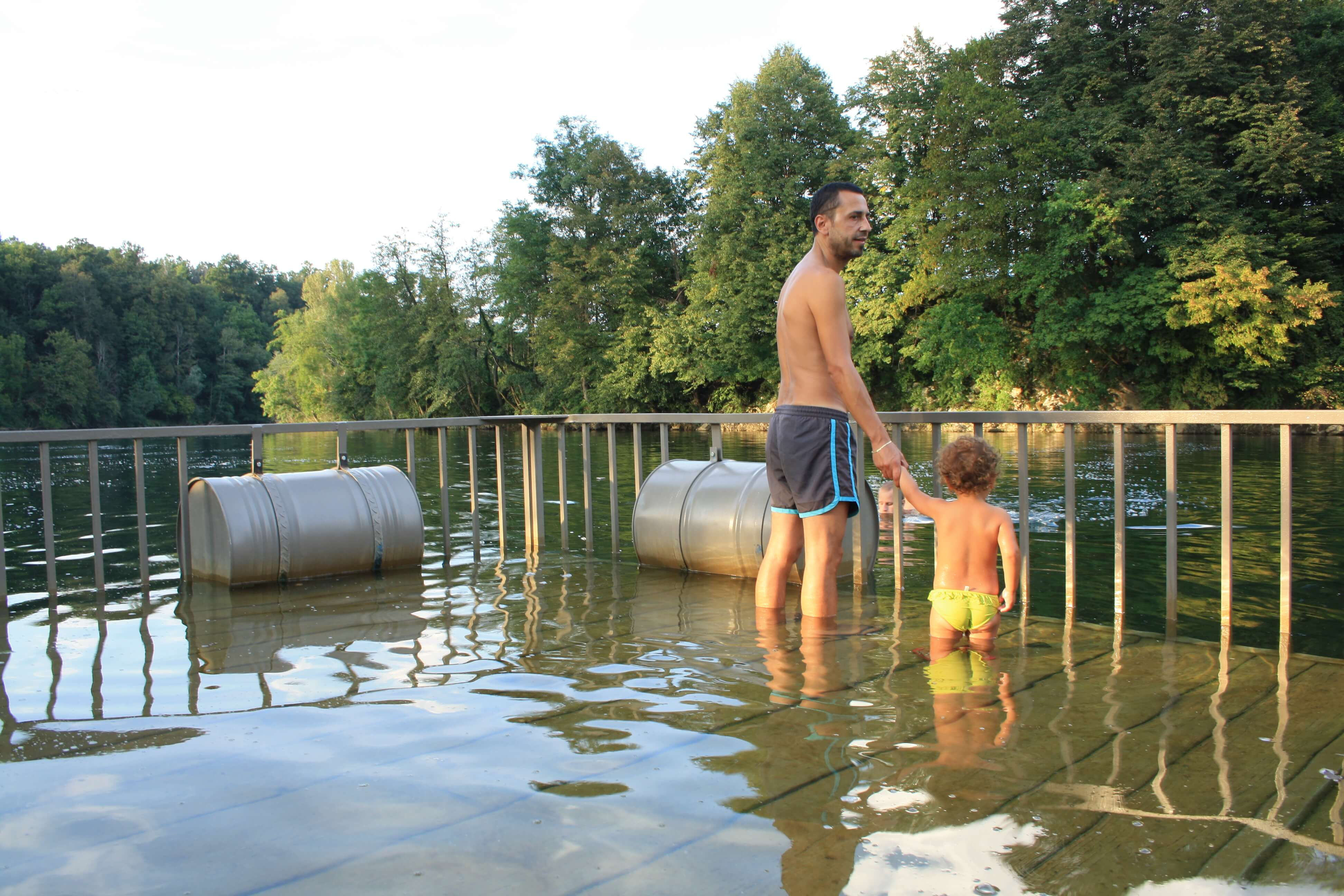 big berry piscina nel fiume bambini