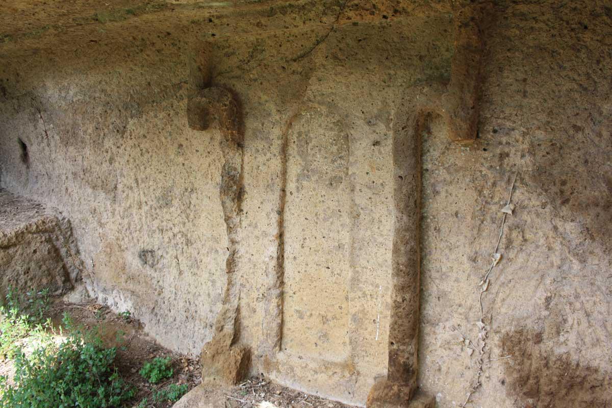 Norchia Antica, particolare della porta dell'aldilà