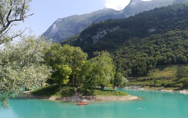 Il lago di Tenno e il borgo di Canale